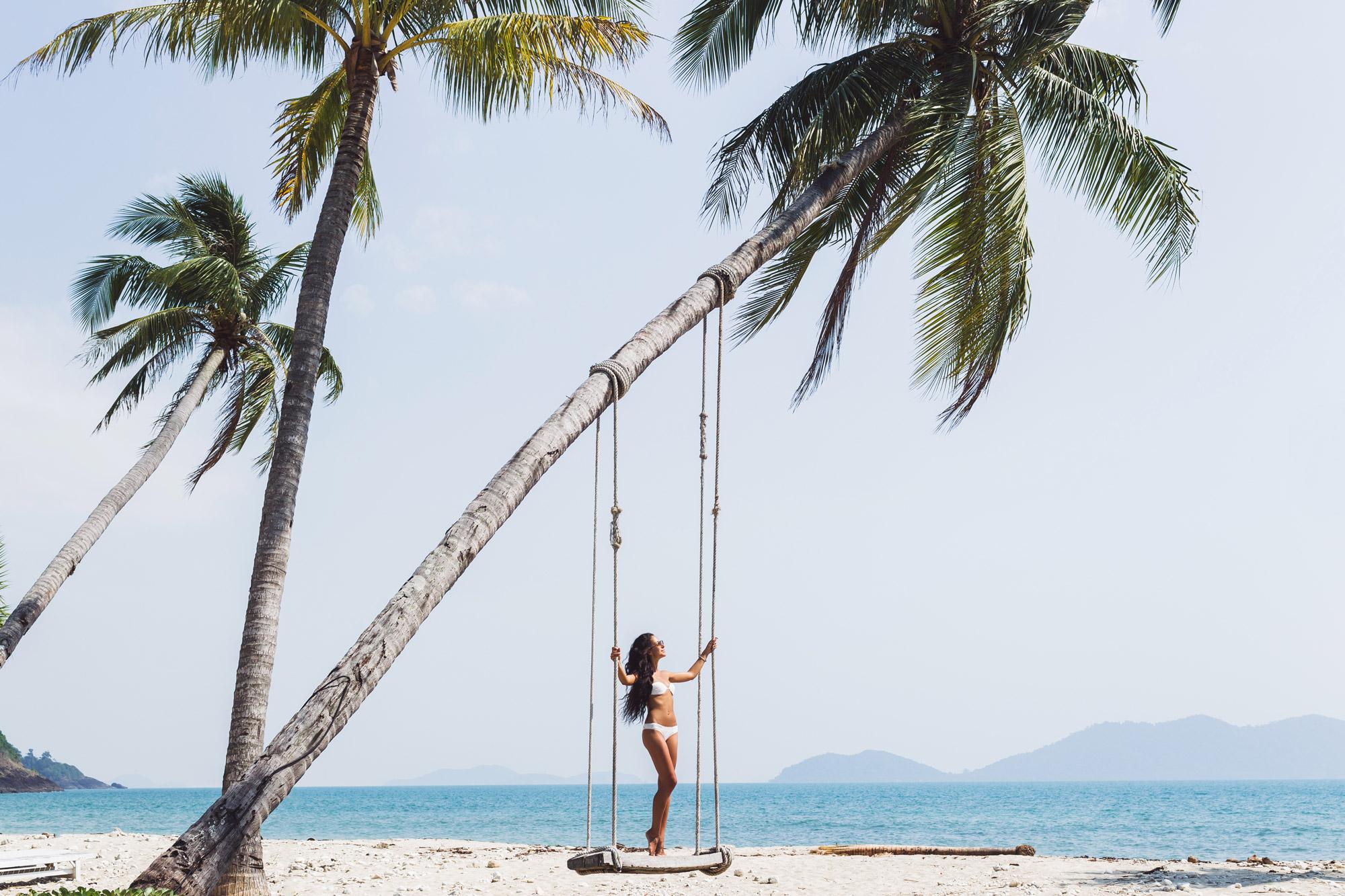 jeune fille sur une balançoire à la plage