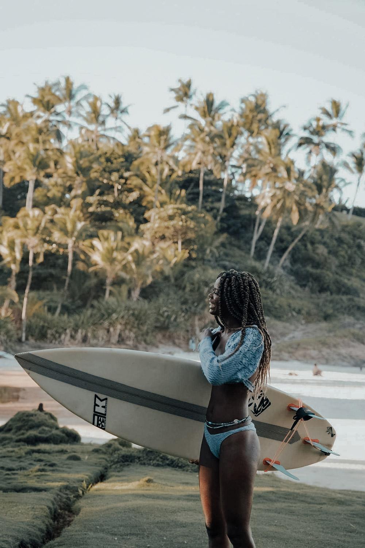 surfeuse sur une plage portant le crop top Moonga cloud