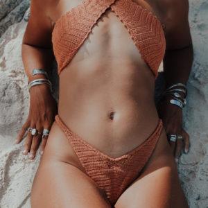 kyma top caramelo vue de face fond plage