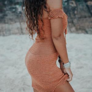 robe maemae caramelo vue de profil fond plage