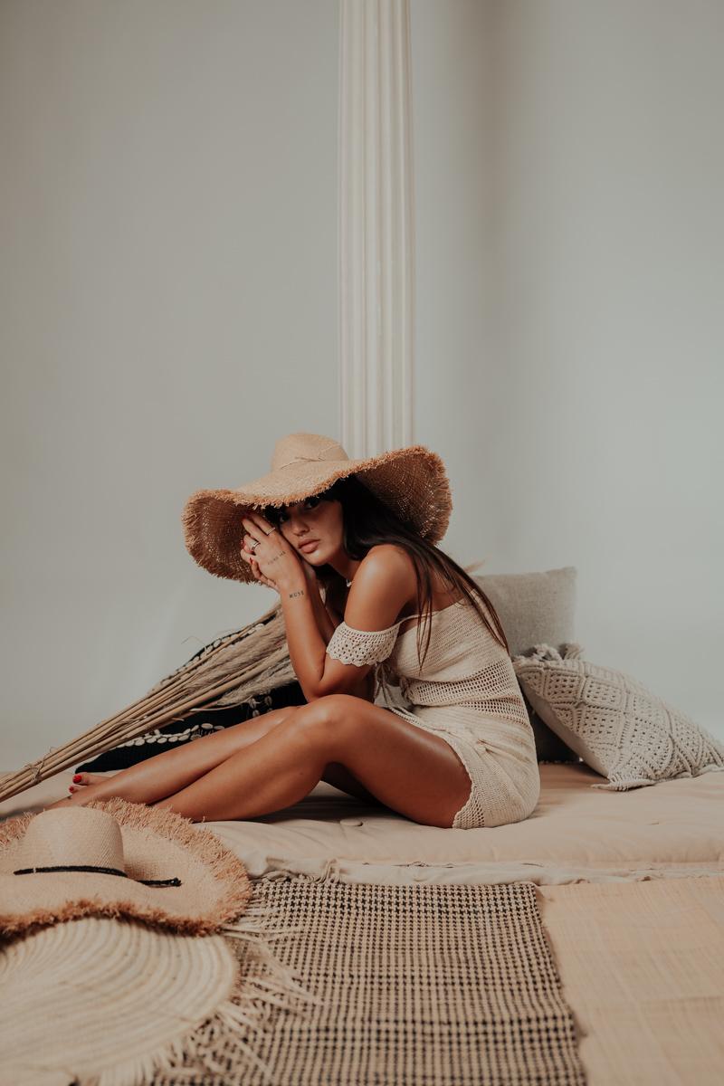 chapeau kay vue de face studio avec robe maemae