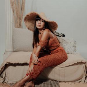 chapeau kay face studio avec pantalon neela et crop top sanaa